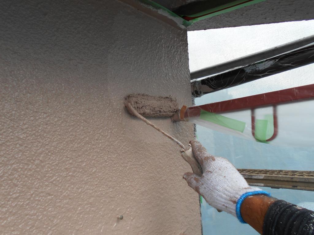 仕上げの上塗り工程です。ここまでの施工の集大成となる、片時も手が抜けない重要な塗装工程となります。