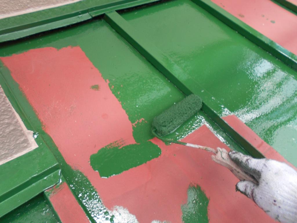 板金屋根も、屋根と同様イメージを統一させた色味で塗り替えを行います。