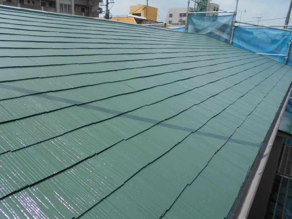 二度目の上塗りを行い、屋根の塗装施工が完了となります。見違えるほどにきれいになりました。