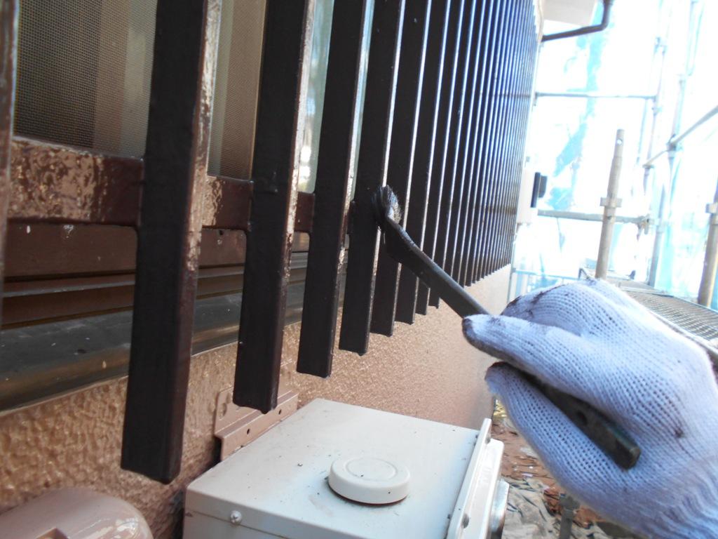 このような細かな鉄部は小さな刷毛を使い、慎重に塗装を進めていきます。