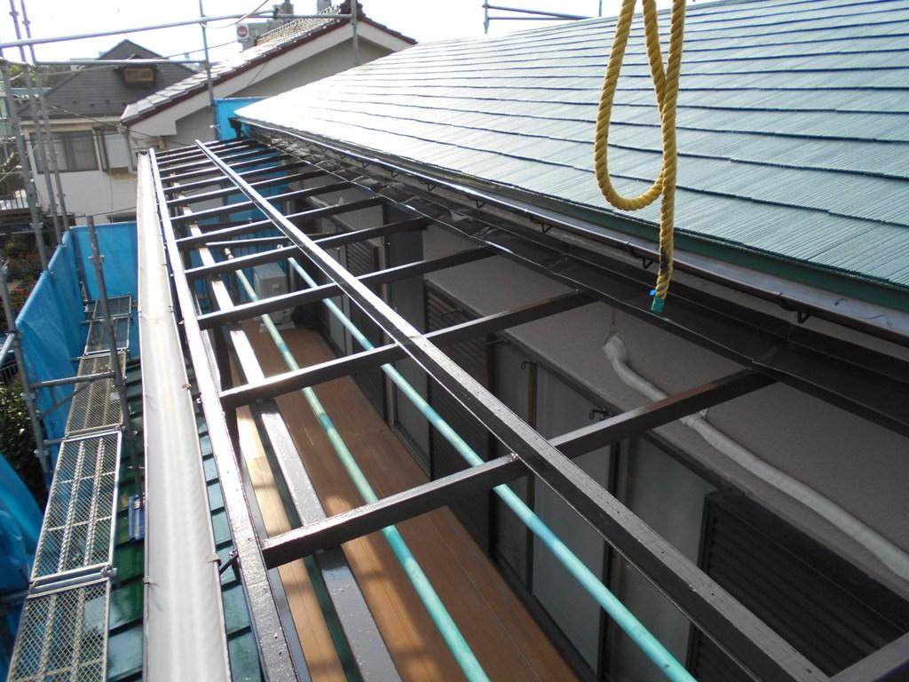 ベランダのポリカーボネート屋根は撤去し、貼り替えを行っていきます。
