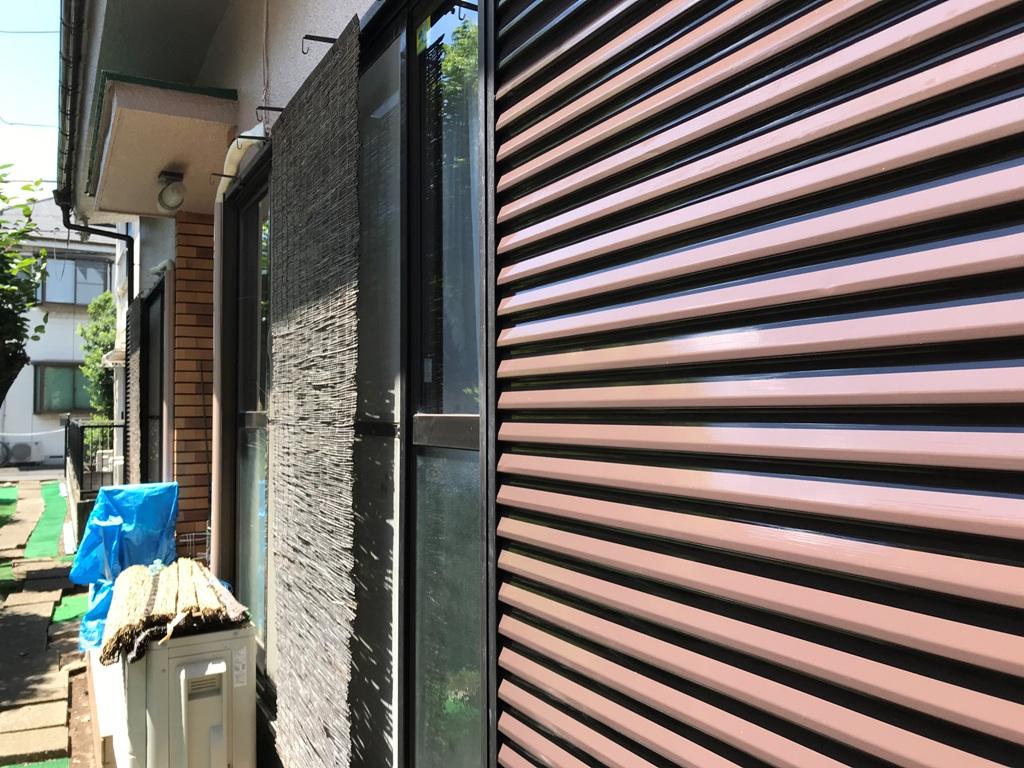雨戸などの付帯部も一切の妥協無く塗装を行い、ここまでピカピカの仕上がりになっております。