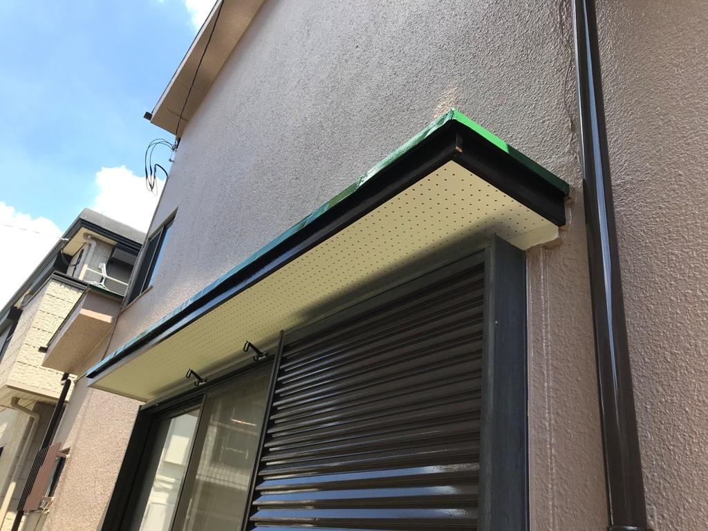 高耐久のシリコン塗料となっており、対候性は驚きの約18年。長期間にわたって汚れにくいため、塗料が持つ遮熱性能が低下しにくいのが特徴です。