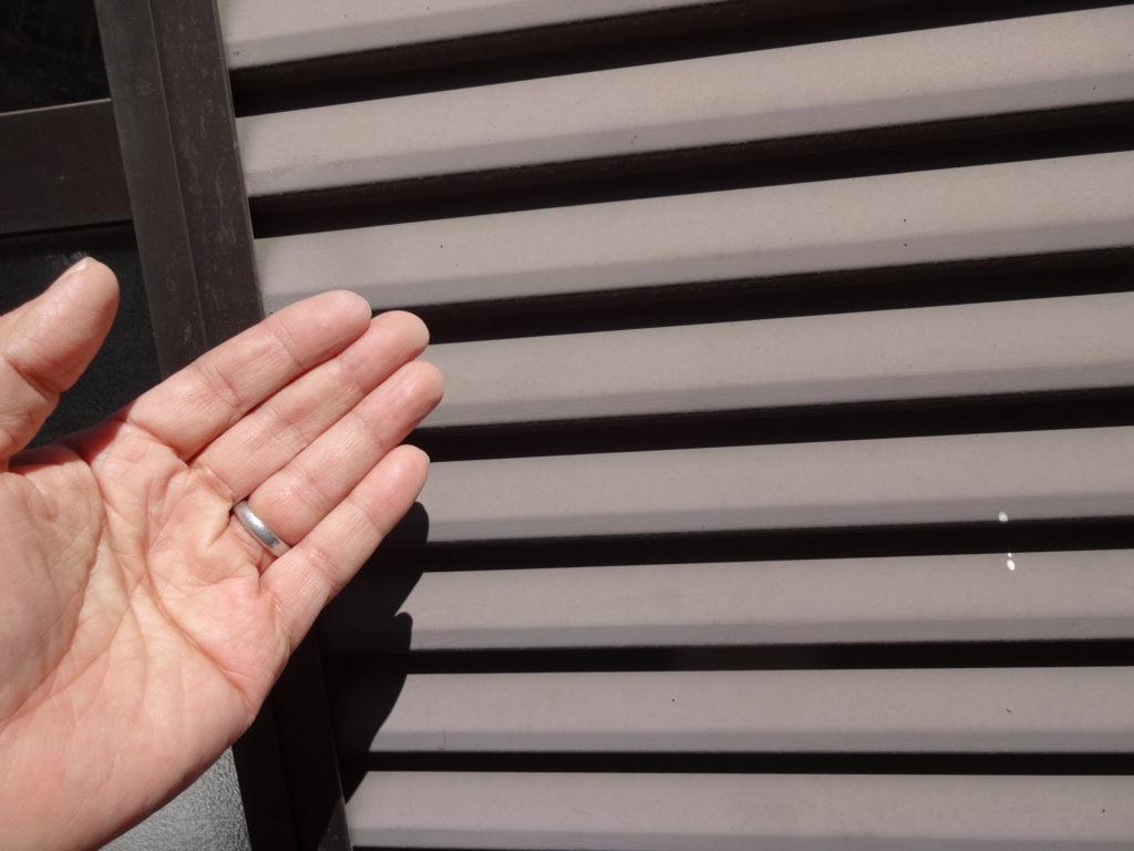 経年により劣化が進んでいた雨戸は、触ると手に白い粉がつくチョーキング(白亜化)と呼ばれる現象も起きていました。