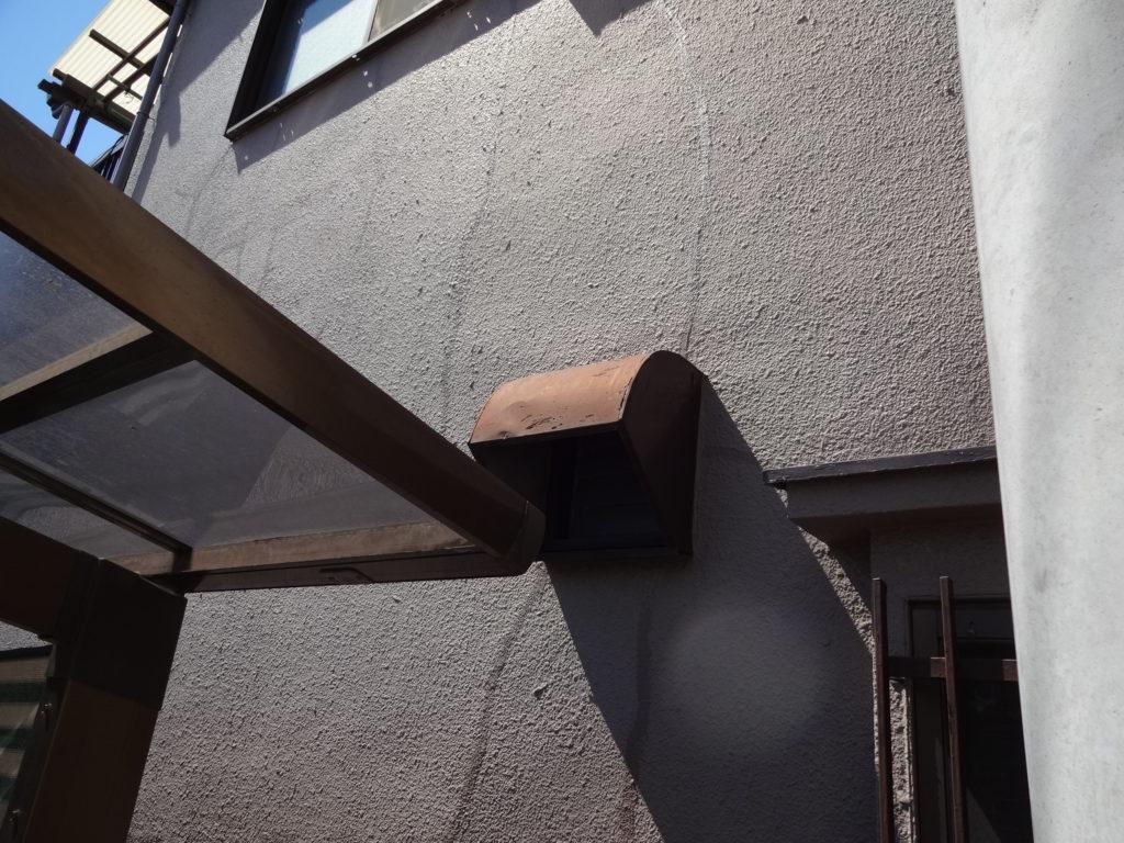 近づいてみると、モルタル外壁はクラックと呼ばれるヒビ割れの現象が起きています。こういった箇所から雨水が侵入することで、思いもよらぬ雨漏りを引き起こすこともあるため、放置しておくとは大変危険です。