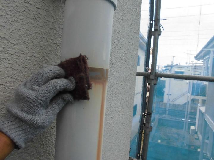鉄部は塗装前にケレンかけと呼ばれる下地処理を行い、塗料の付着を良くしていきます。