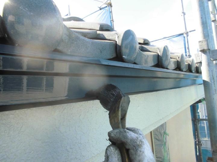 軒樋も塗装前にケレンかけを行い、新しく塗っていく塗料の付着を良くしていきます。