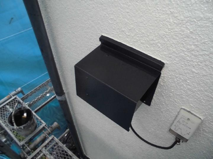 付帯部は、真っ白な外壁によく映えるブラックでまとめていきます。