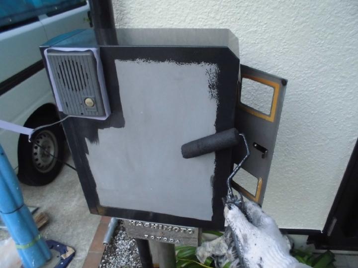 玄関の雰囲気を大きく左右するポストも塗り替えを行います。