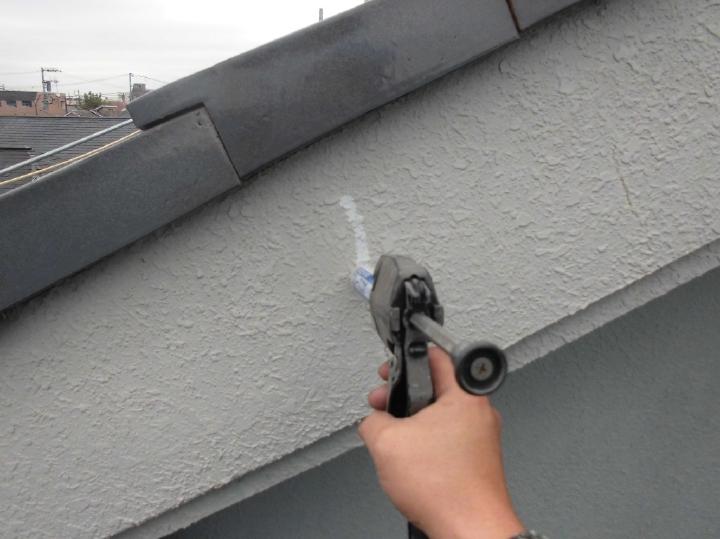クラックは、0.2mm以下の細いものは下塗材フィラーの圧着塗りで対応します。