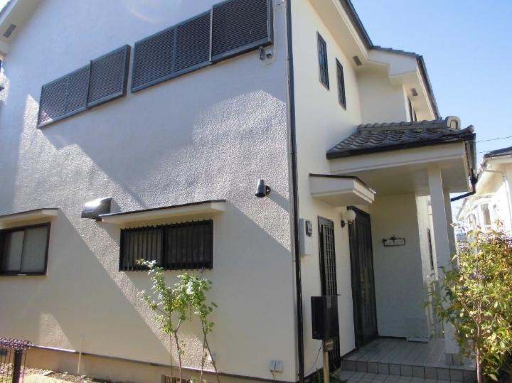 真っ白な外壁に、付帯部に使われたブラックがアクセントとなり、高級感のある外観へ塗装リフォームがされております。