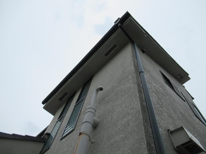 経年により外壁にはクラックと呼ばれるヒビ割れが起きていました。