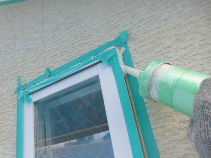 シーリング材は雨水などの侵入を防ぐ効果がありますが、劣化により防水耐久性が失われてしまいます。