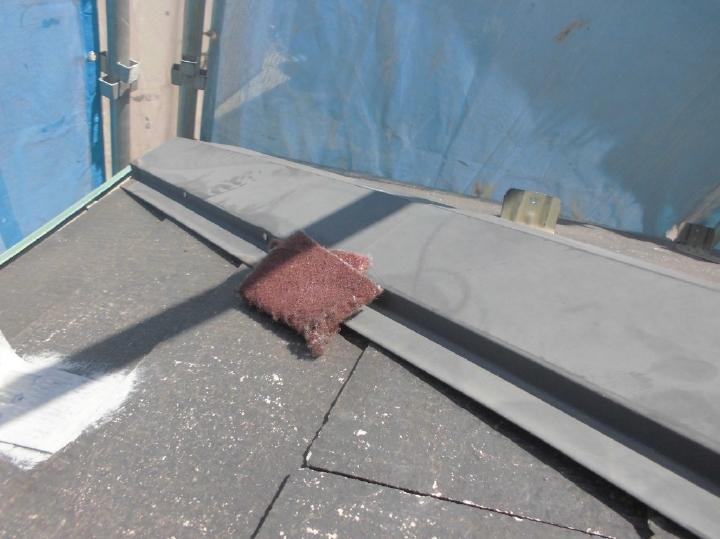 こちらは棟鉄部、同様に塗装前の下地処理を行っていきます。