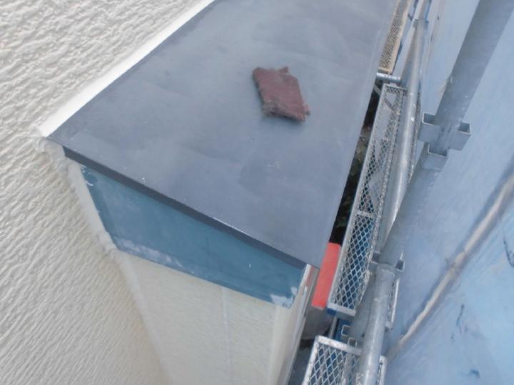 出窓上の鉄部部分も下地処理を行っております。