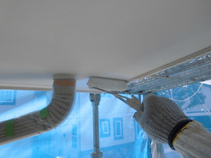軒天部分の塗装工程に移っていきます。