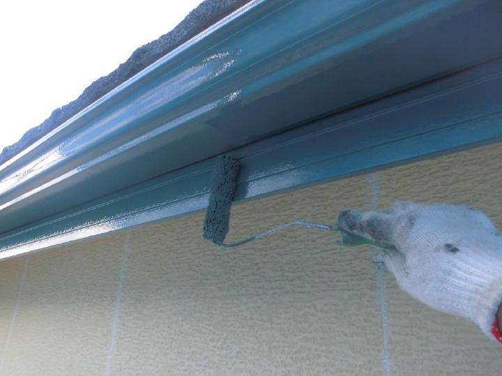 軒樋は色味を大きく変えることなく、落ち着いたグリーンにて塗装を行います。