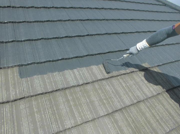 ここからは屋根の塗装工程へと移っていきます。まずは下塗り工程です。