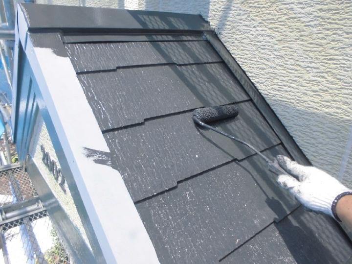 屋根の塗料はKFケミカルの「ワールドセラルーフ遮熱塗料」色味はシックなブラックです。