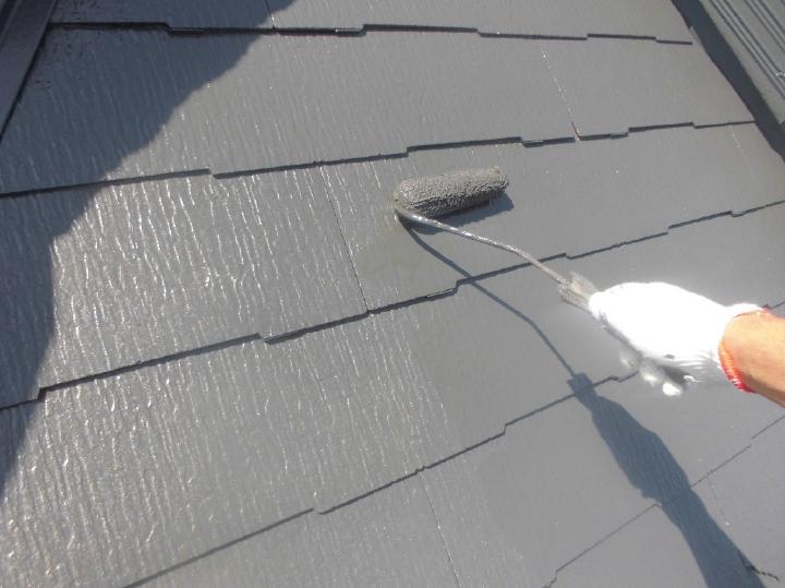 中塗りを行い、遮熱塗料が持つ性能を最大限引き出す下地を作っていきます。