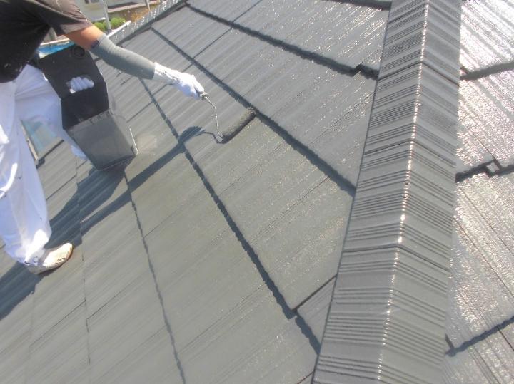 仕上げの上塗り工程です、職人によりていねいに塗り替えが進められていきます。