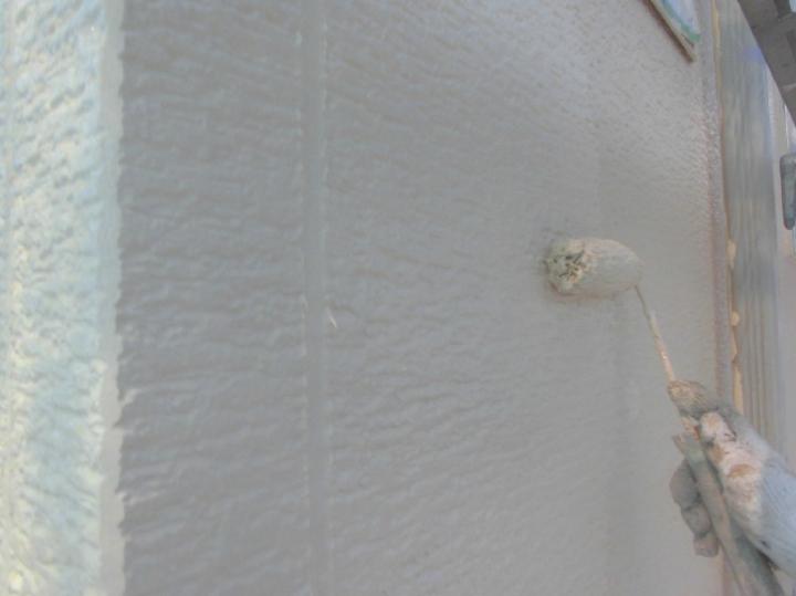 仕上げの上塗り工程は特に念入りに進めていきます。今回ご用意した無機塗料は従来の無機塗料と比較し柔軟性も高く、塗り替え後の外壁にクラックが生じません。
