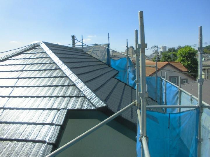 こちらは施工後の屋根お写真です。無機ハイブリッドの遮熱塗料で塗り替えを行ったことで、従来製品に比べ10~20℃程度、表面温度を抑制する効果があります(気象条件・塗装色により変化します)