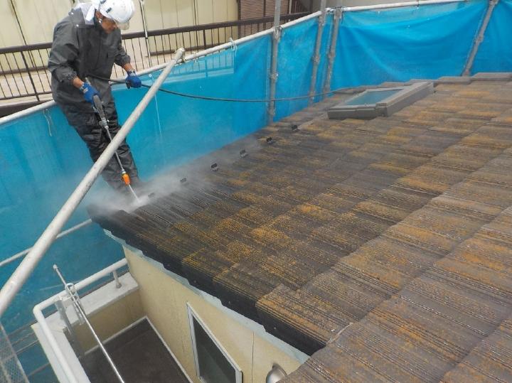 ここからは屋根の塗装工程のご紹介をいたします。まずは高圧洗浄を行います。