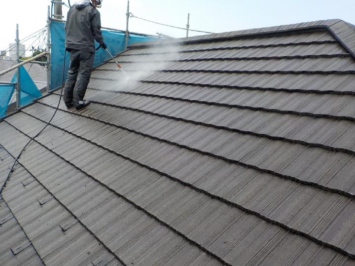 長年の雨風によって蓄積された汚れと、劣化した塗膜などの撤去を行います。