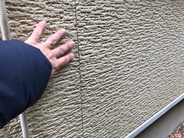 蓄積された汚れは建物の美観を損なうだけではなく、塗膜が本来持つ建物を保護する役目も弱くなってしまいます。