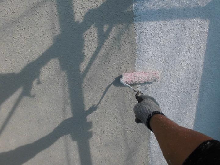 ここからは外壁の塗装工程へと移っていきます。まずはローラーを使い下塗りを行っていきます。