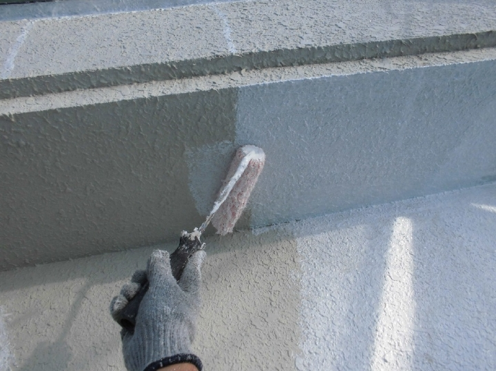 洗浄しクラックを補修した壁面に塗料を塗りつけ、下地を作っていきます。