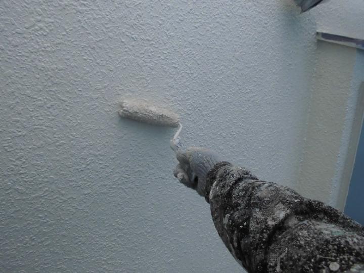 仕上げの上塗り工程です。塗料本来が持つ機能を十分に発揮させるために、ていねいに重ね塗りを行います。