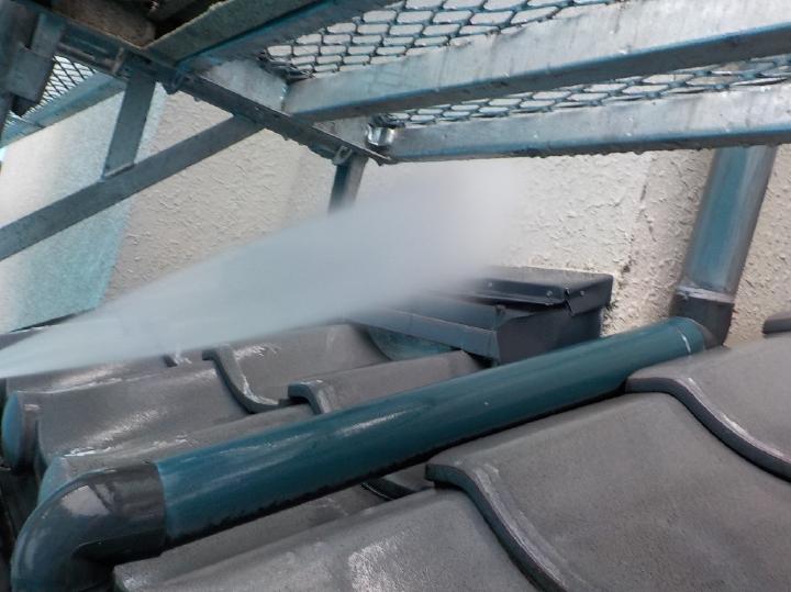 屋根瓦は劣化状況が軽いですが、蓄積された汚れは高圧洗浄にてしっかりと落としていきます。