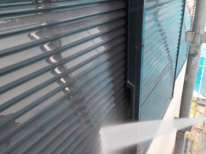 今回塗装を行う雨戸部分は段差で汚れが落ちづらいため、丹念に洗浄を行います。