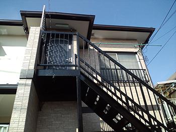 汚れや、サビの目立つ階段がきれいに塗り直されました。クラック(ヒビ割れ)の起こっていた壁は新築の様です。