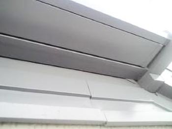 鉄板部分は塩ビ鋼板だったので、専用の下塗り材をしっかり塗ってますので密着性も大丈夫でしょう。