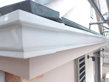 屋根の水切り部分や雨どいの裏側など見えない部分も正確にしっかり塗装しました。