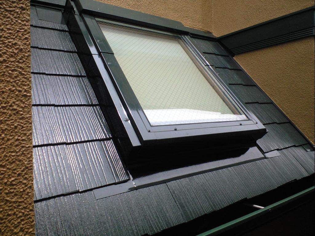 天窓付近のシーリングも打ち替えし、ヒビ割れもしっかり補修しました。