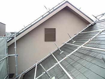 屋根も塗り替えコケや藻もきれいに取り除かれて新築のように生まれ変わりました。