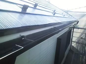 屋根と雨樋の下からは見えない裏側まで同様にしっかり塗装します。