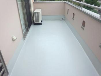 バルコニー床のトップコートは反射率の良いシルバーグレーで塗り、雨水の切れはバツグンです。