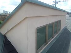 屋根上のお部屋の外壁は傷が無いため、細かい亀裂が多いです。