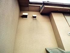 排気口カバー付近は雨汚れが窺えました。