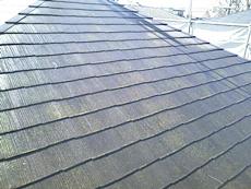 屋根は各所に割れが起こっています。取り替えた後、塗り替えます。