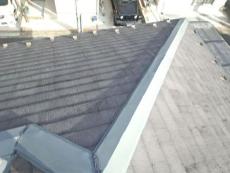 棟包鉄板の塗膜はチョーキングが強く、ジョイントのコーキングは亀裂があります。