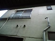 屋根の塗膜は剥げてしまい、汚れが目立ち、棟板板金部はサビついていました。