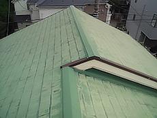 屋根は塗膜が剥がれているのがうかがえます。