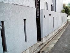門壁は基礎部分に汚れが目立っていました。