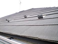 屋根は塗膜の劣化が窺え、白くくすんでいました。